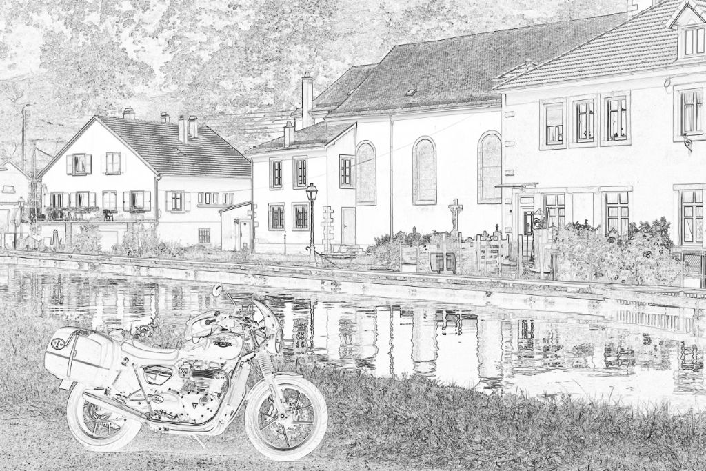 Motorrad vor Dorfkulisse in Frankreich