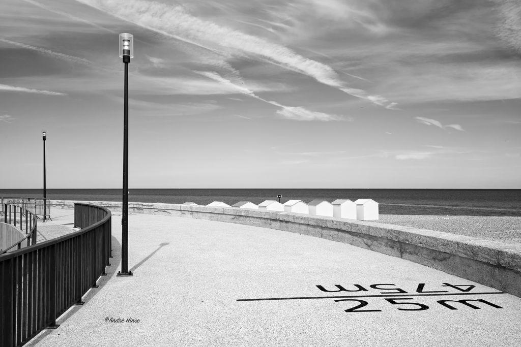 Promenade in der Normandie in Schwarzweiß